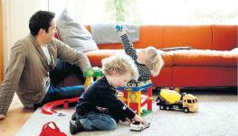 kinderen_spelen_met_autos_papa