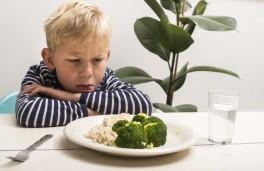 jongen_wil_niet_eten_broccoli