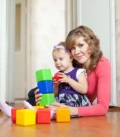 moeder_dochter_spelen_met_blokken