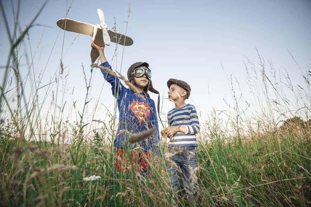 kinderen_buiten_spelen_vliegtuigje